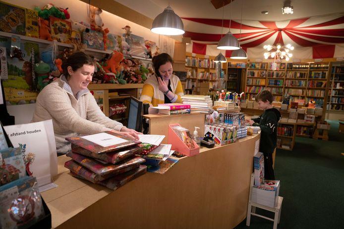 Bij de Arnhemse Kinderboekenwinkel hebben ze het druk: de bestellingen stromen binnen.