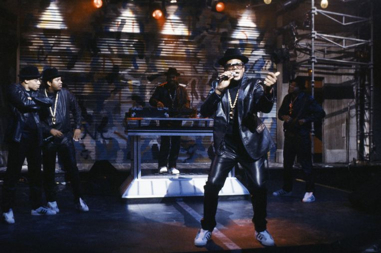 Run-DMC vertolkt de Aerosmith-klassieker 'Walk This Way' tijdens het tv-programma 'Saturday Night Live' in oktober 1986. Beeld NBCUniversal via Getty Images