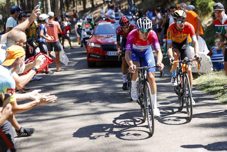 Remco Evenepoel is op pad met Mikel Landa (r.) en Ivan Sosa in de slotrit van de Ronde van Burgos. Beeld Photo News