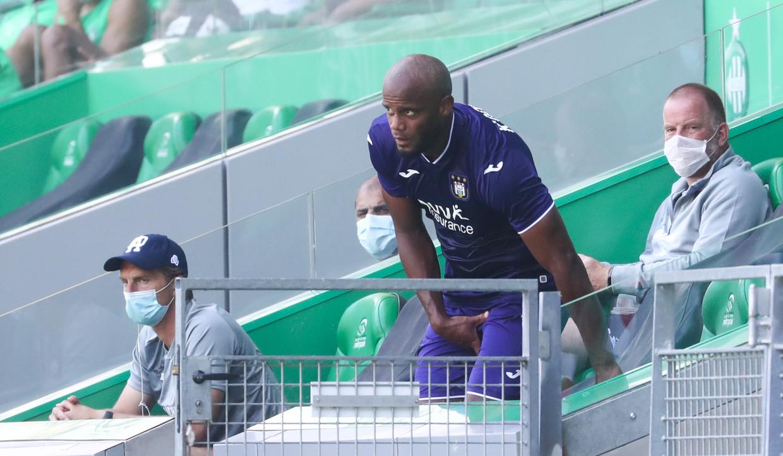 Vincent Kompany tast naar de spieren in Saint-Etienne. Beeld BELGA