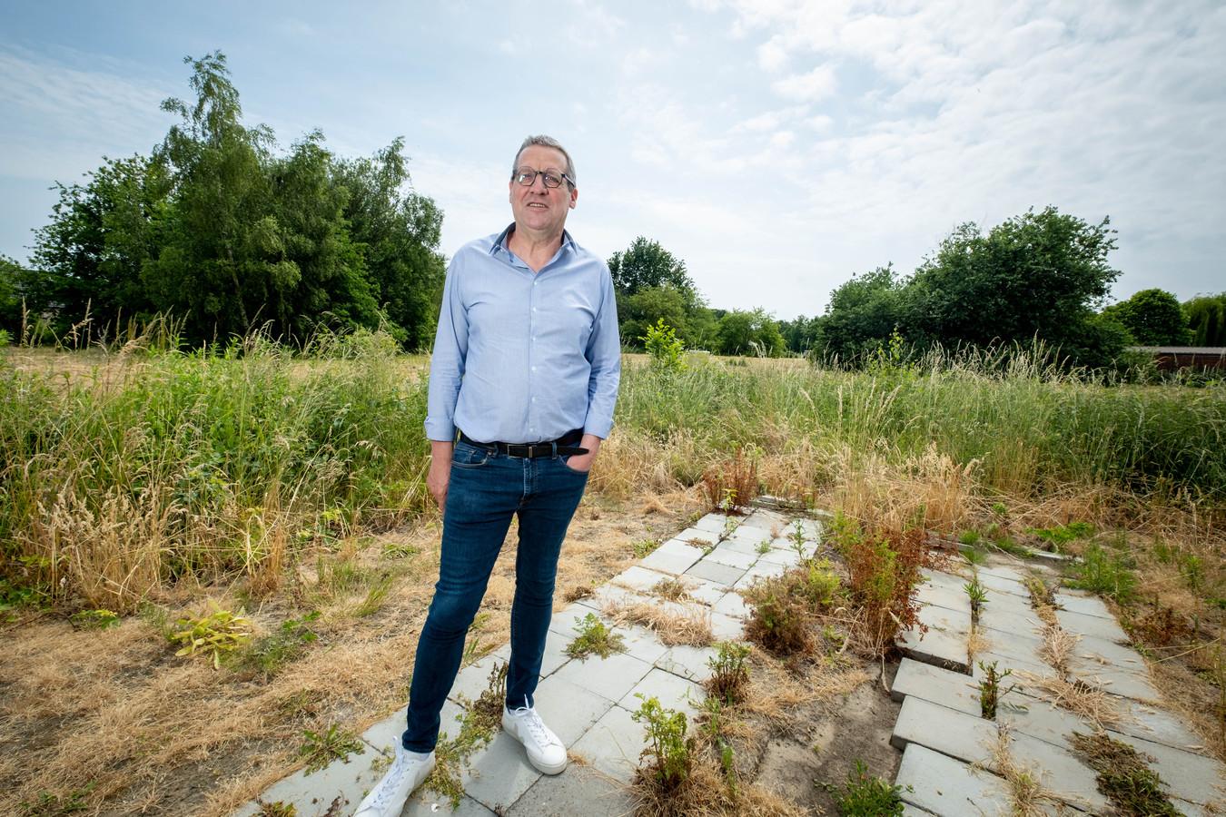 Directeur Theo De Wyngaert van de huisvestingsmaatschappij aan de terreinen langs de Kerkbossenstraat waar 45 sociale woningen zullen worden gebouwd.