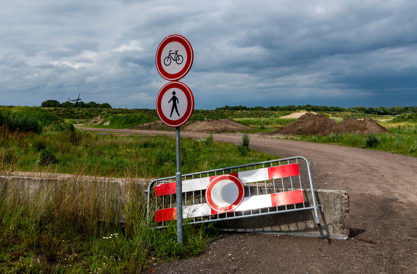 Het gebied naast de geluidswal langs de A28 (links) ligt al jaren klaar voor de woningbouw. De geplande sociale woningbouw moet hier worden verdubbeld, vindt een meerderheid in de Harderwijkse gemeenteraad.