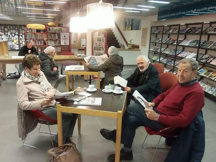 Enkele krantenlezers in de bibliotheek van Deinze.