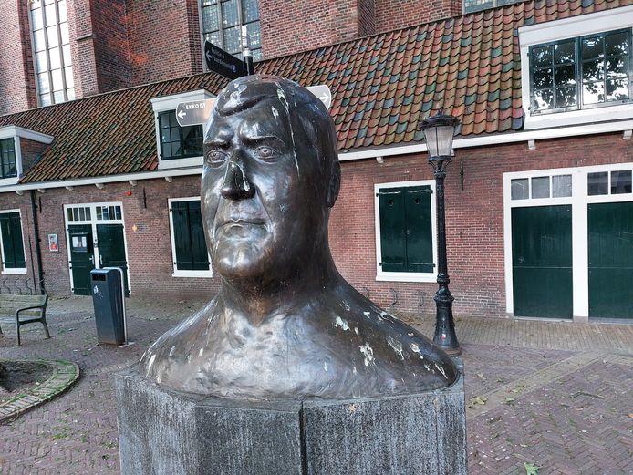 De buste van judoheld Anton Geesink zit onder de vogelpoep. De vogels zitten op de takken van de bomen die rondom het beeld staan.
