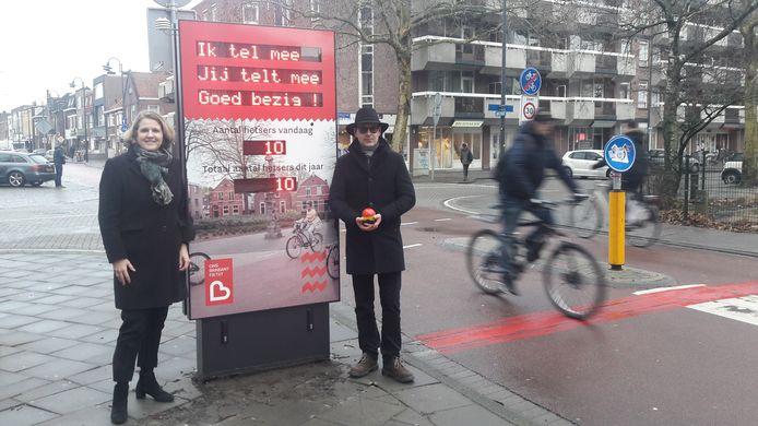 Wethouder Monique List stelde vrijdagmiddag op de Kruisstraat een van de zes nieuwe fietstellers in werking. Rechts op de foto Stijn Goossens van leverancier Signco.