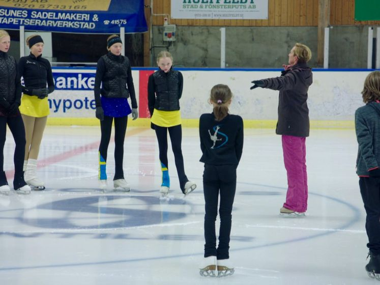 Camping Coppens: Monique, Beau en Nora gaan voor het eerst in Zweden schaatsen