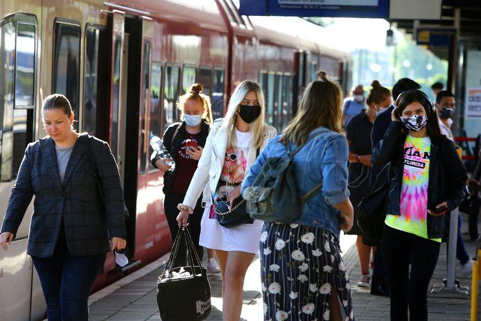 Mondkapjes op stations zijn straks niet meer verplicht. In de trein moet het masker nog wel op.