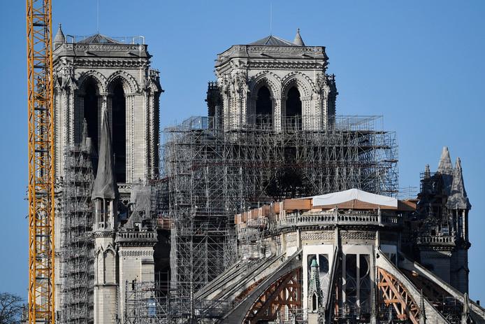 De Notre-Dame, geflankeerd door de bouwsteigers die nu moeten worden weggehaald.