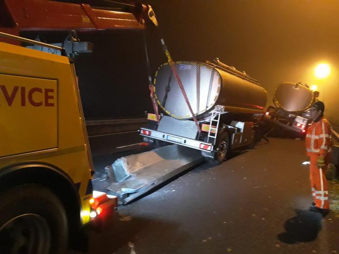 Op de A77 bij Gennep is een vrachtwagen in de mist op een wegversmalling gereden.