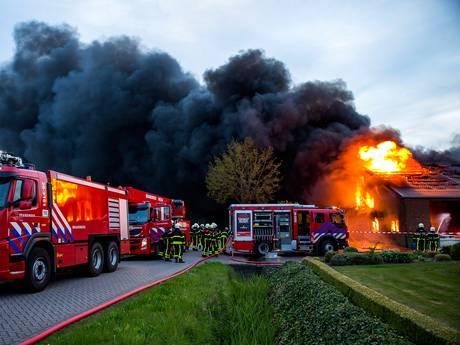 Grote uitslaande brand bij champignonkwekerij in Bavel, twee loodsen verloren gegaan