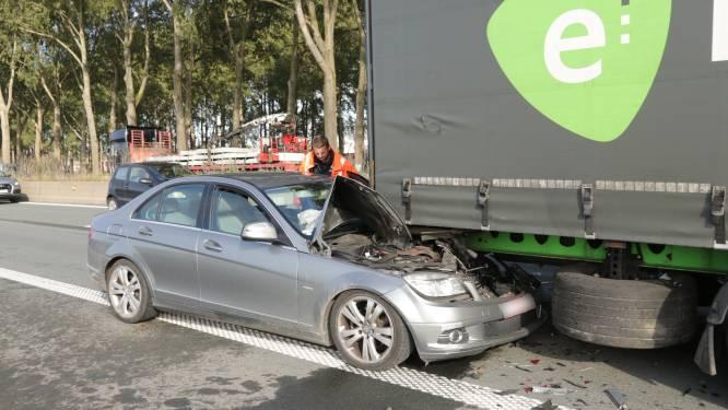 Bestuurder ongedeerd na zware klap tegen achterkant van vrachtwagen