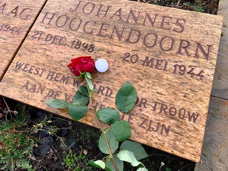 Graf van Joop Hoogendoorn op de Eerebegraafplaats in Bloemendaal. Beeld Illustratie uit boek