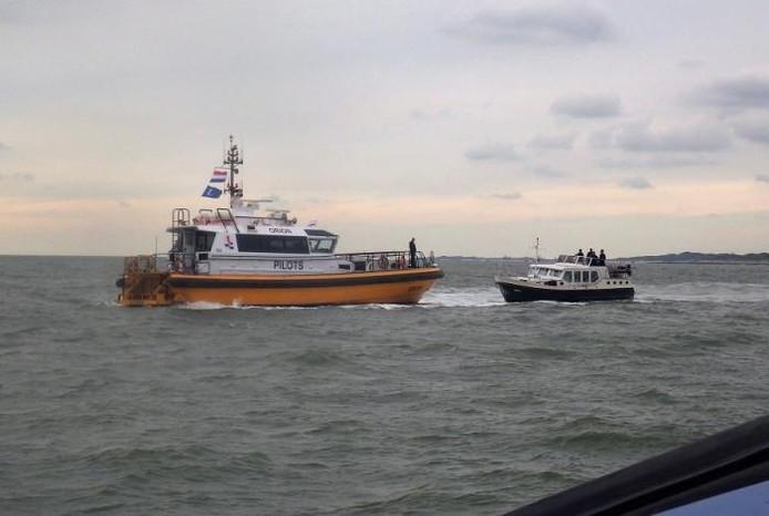Loodstender Orion haalt de motorboot uit de gevarenzone.