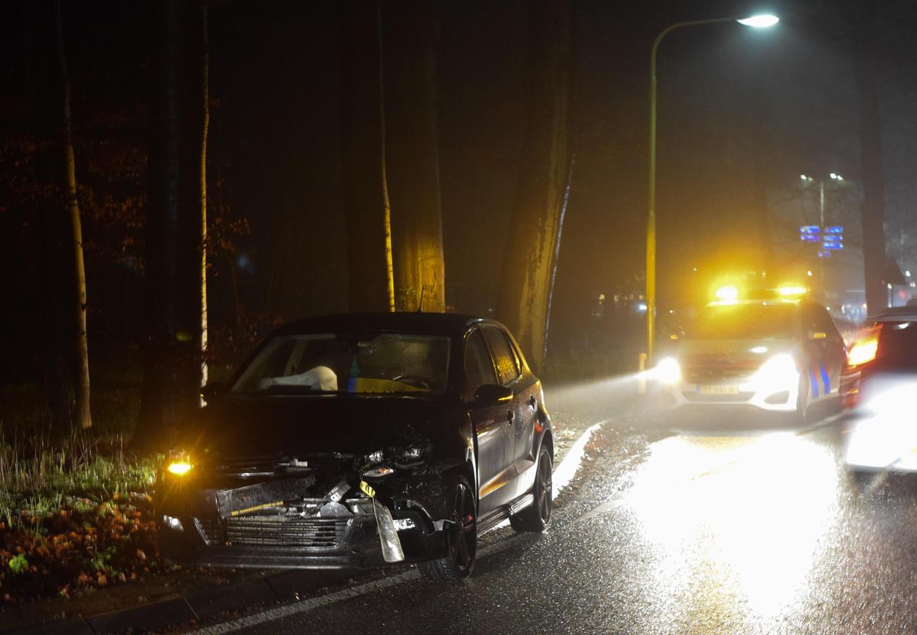 Een van de fors beschadigde auto's bij de wegversmalling in de Hummeloseweg.