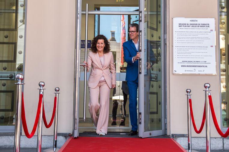 Minister Van Engelshoven en directeur Ralph Keuning van Museum de Fundatie bezoeken het museum. Beeld ANP