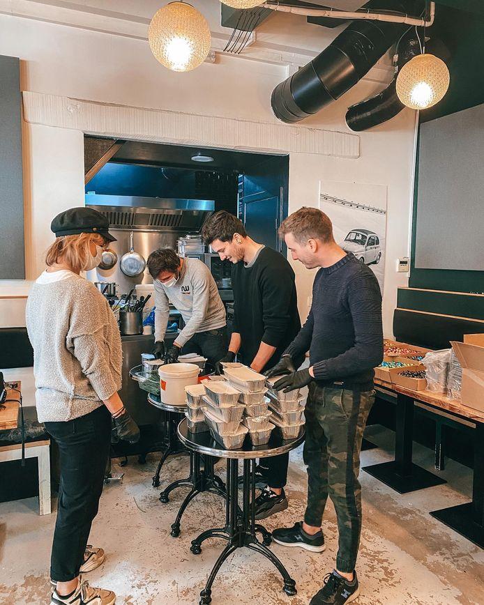 Barbara en cuisine avec l'équipe du restaurant Luca, à Uccle.