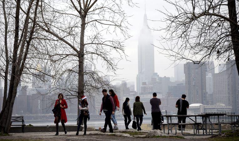 Inwoners van New York genieten van een kerstwandeling bij rond de 20 graden celsius. Beeld epa