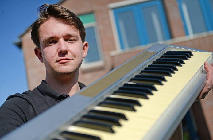 Daan Podt met zijn keyboard. Hij maakt lekker in het gehoor liggende elektronische dansmuziek. En produceert er zelf de flimpjes bij.