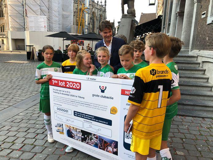 Jeugdleden van VV Baronie samen met burgemeester Paul Depla, vorige week  bij de aftrap van de jaarlijkse Grote Clubactie op de Grote Markt in Breda.