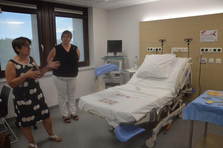 Vroedvrouw Magda Meganck en hoofdvroedvrouw Carla Van Fliebergeen tonen een verloskamer.