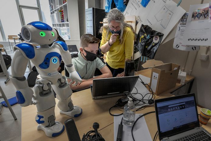 Brugklasser Bas Coolen krijgt les van docent Petra van Bakel in de 'ontdekklas' op het Nuenens College.