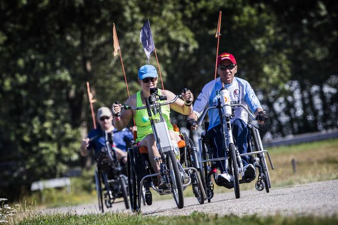 2019-07-23 12:05:08 DELDEN - Deelnemers in actie tijdens de eerste dag van de Twentse Rolstoelvierdaagse. Vanwege de hittegolf is het programma aangepast en zijn de routes ingekort. ANP VINCENT JANNINK