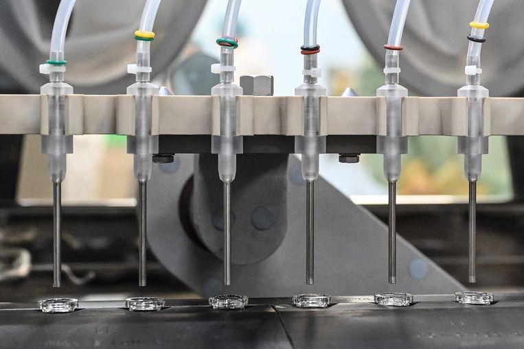 Spuiten gevuld met het AstraZeneca-vaccin, dat de Halix-fabriek in Leiden produceert. Beeld AFP