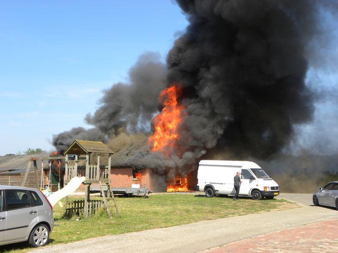De vlammen sloegen hoog uit het dak bij de brand aan de Kappersweg in Aalten, waarbij ook veel rook vrij kwam.