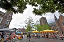 Serie over de Oosterhoutse binnenstad, met deze keer de Markt. Links ijssalon ViaVia, rechts het terras van café De Beurs, en op de achtergrond de Sint-Jansbasiliek. Terras bij De Beurs was het enige op de Markt wat een beetje vol zat, vandaar deze hoek.