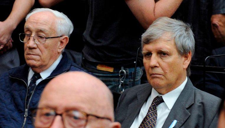 'De Tijger' Jorge Acosta (links) met naast hem de 'engel des doods' Alfredo Astiz, in de rechtbank in Buenos Aires. Beeld afp