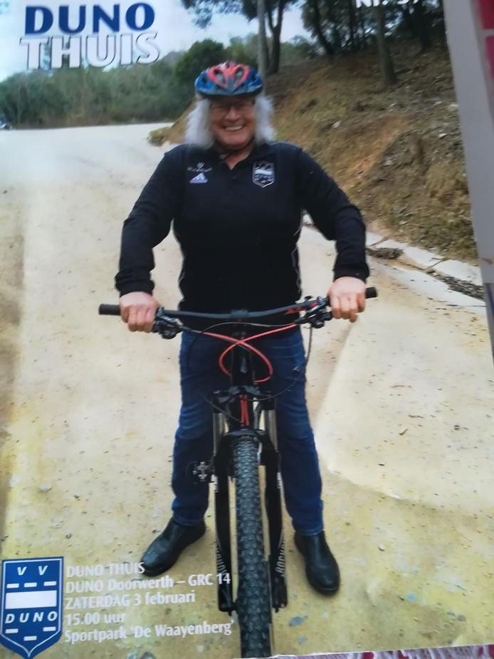 Duno-voorzitter Richard Vacquier Droop op zijn mountainbike tijdens het trainingskamp in Barcelona.