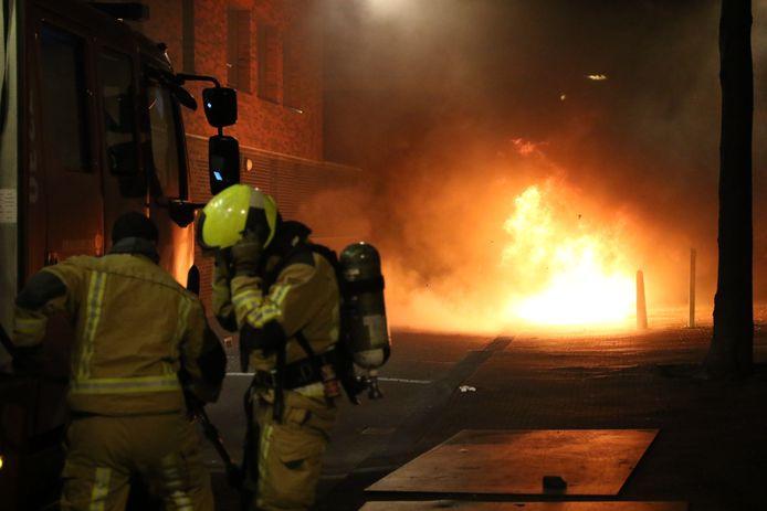 Op de Lage Nieuwstraat in Den Haag is een geparkeerde auto volledig uitgebrand.