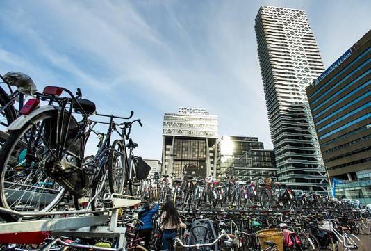 De fietsenstalling op het KJ-plein bij Den Haag Centraal belemmert nu vanaf de Koekamp het zicht op de entree van winkelcentrum New Babylon.De stalling moet uiteindelijk over een paar jaar ondergronds verdwijnen.