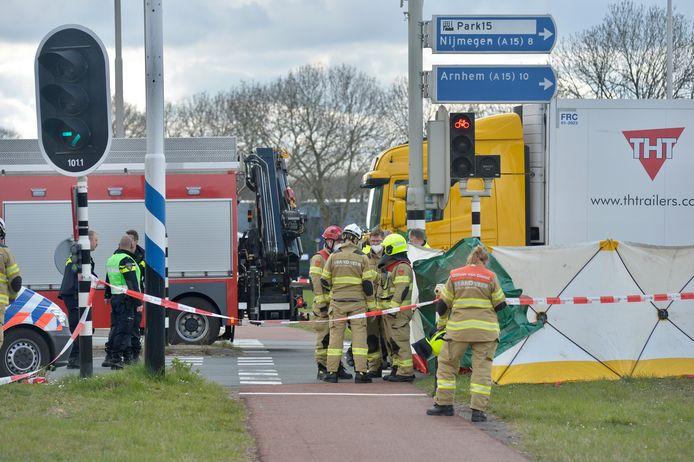 Een fietser is door een botsing met een vrachtwagen bij Oosterhout om het leven gekomen.