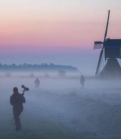 Alle fotografen verzamelen! Streefkerkse molen in de mist zorgt voor sprookjesachtig plaatje