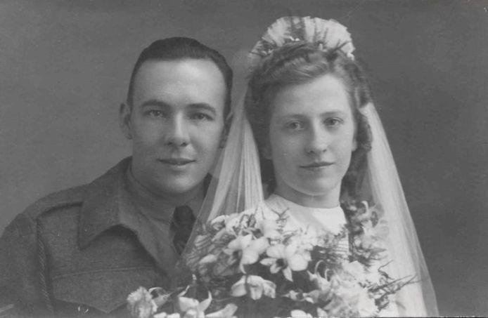 De bruidsfoto van het Canadees/Hengelose echtpaar. Zij pendelde regelmatig tussen Canada en Twente.