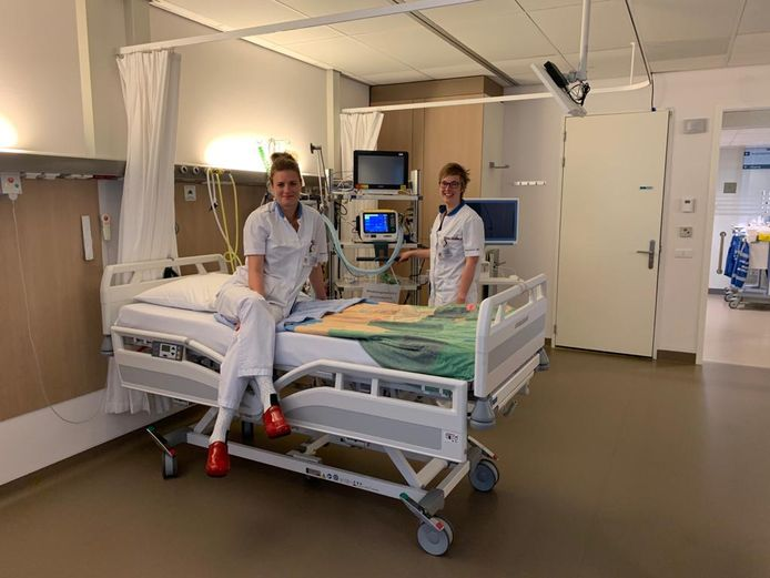 Laura (r.) en Ilse Verpleegsters ic Reinier de Graaf ziekenhuis worden op de Dag van de Verpleging in het zonnetje gezet.
