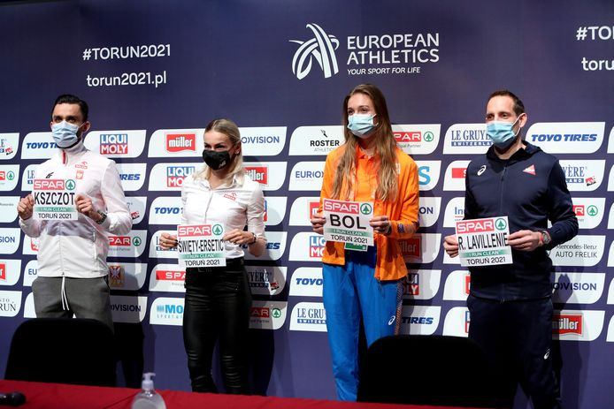 Femke Bol naast de andere sterren van het EK Indoor, waaronder haar concurrente Swiety.