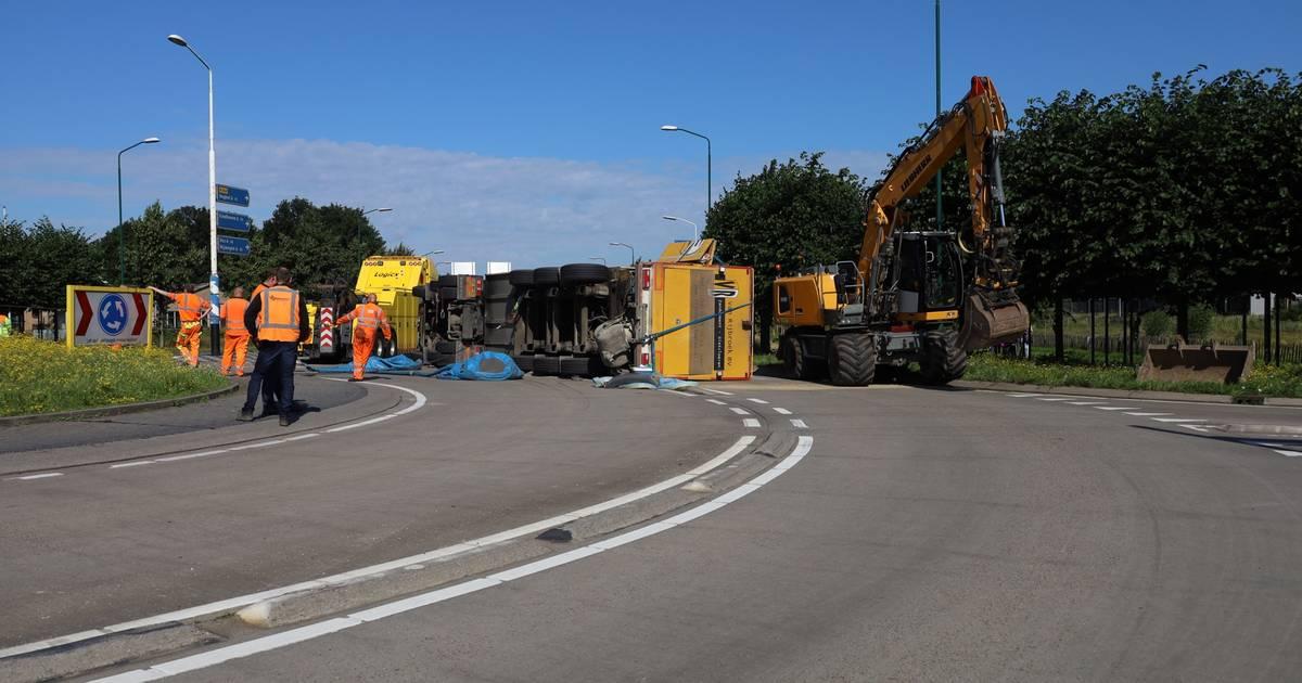 Vrachtwagen met cementzand gekanteld in Uden, N264 dicht.