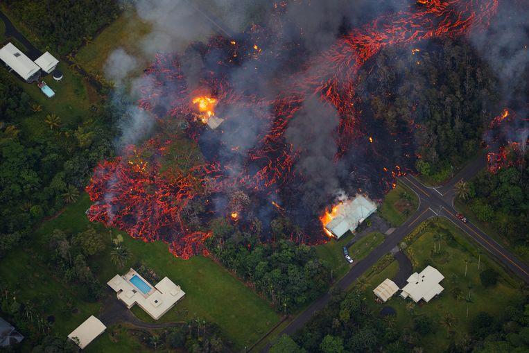 De lavastroom vernietigde al tientallen huizen.