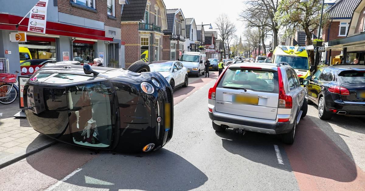 Auto belandt op zijkant bij botsing Koninginnelaan Apeldoorn.