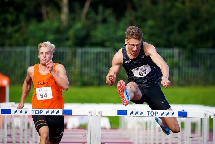 Sven Roosen (rechts) op de 110 meter horden. De Eindhovenaar werd Nederlands kampioen op de tienkamp in een nationaal record van 8116 punten.