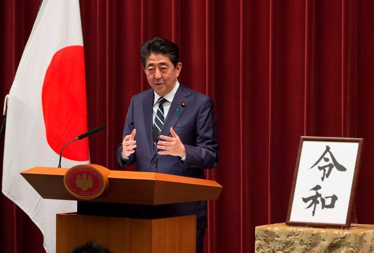 De Japanse premier Shinzo Abe licht de naam van het nieuwe keizerlijke tijdperk toe.