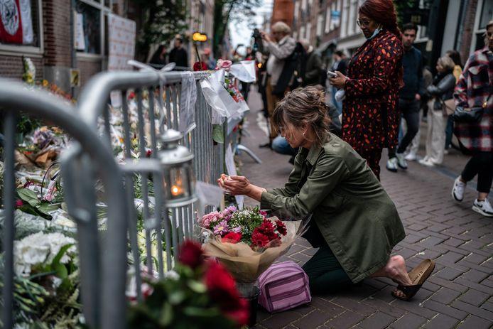 Een bloemenzee op de plek waar Peter R. de Vries werd doodgeschoten.  Zijn moord is aanleiding extra geld uit te trekken voor misdaadbestrijding.