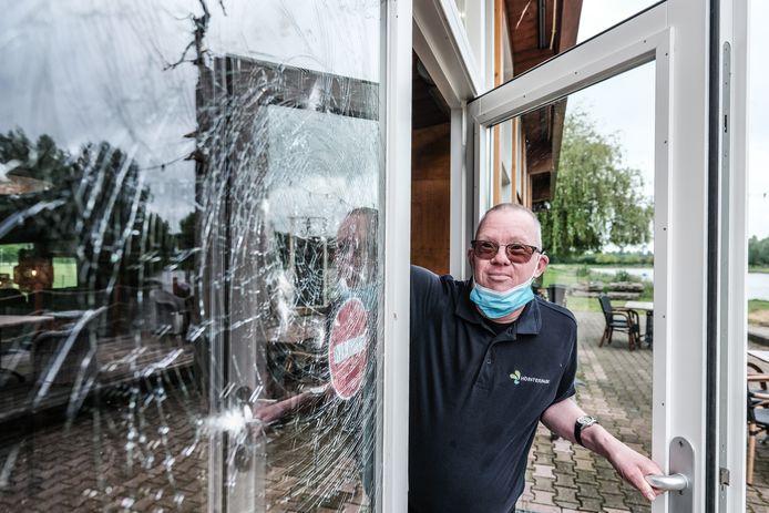 Inbrekers probeerden het veiligheidsglas van de achterdeur te breken.