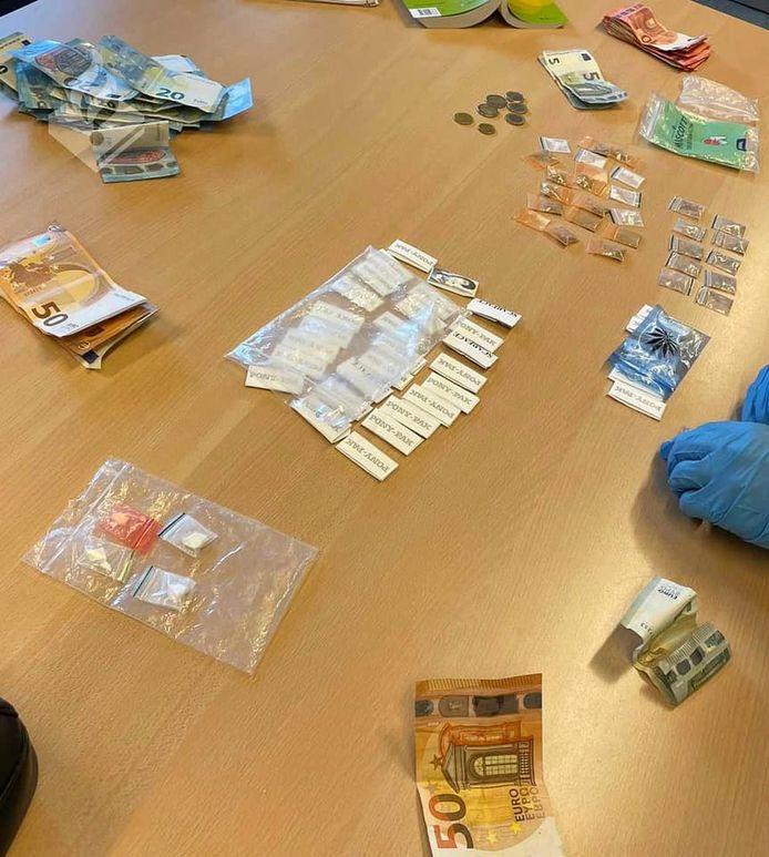 De politie Zoetermeer vond veel harddrugs en meerdere bankbiljetten met in totaal een waarde van ruim 1000 euro.