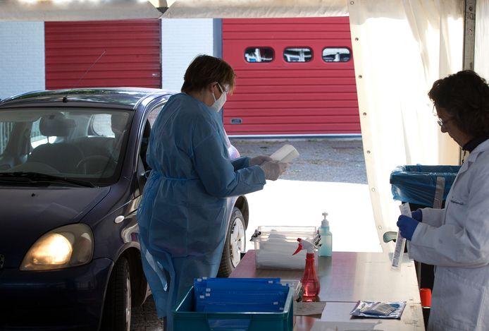 Medewerkers van de GGD aan het werk in de corona teststraat voor in Zelhem.