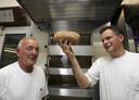 Kees en Jan Dees in de bakkerij in 2005, toen de zoon het voorzitterschap van Zaamslag overnam.