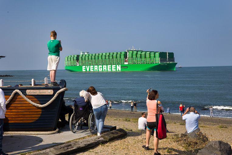 De gloednieuwe Ever Ace van rederij Evergreen, het grootste containerschip tot nu toe, arriveert zaterdag onder belangstelling in Rotterdam.  Beeld Arie Kievit