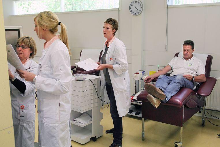Mensen geven bloed en plasma bij de bloedbank in Spijkenisse. Beeld Arie Kievit